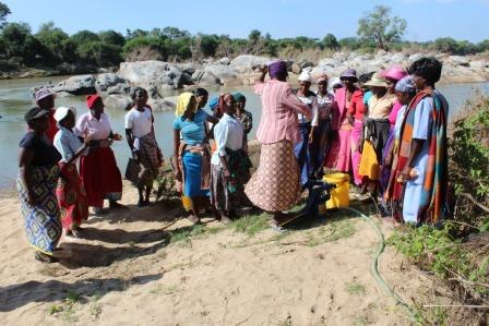 Women learning about Muonde Trust pumps
